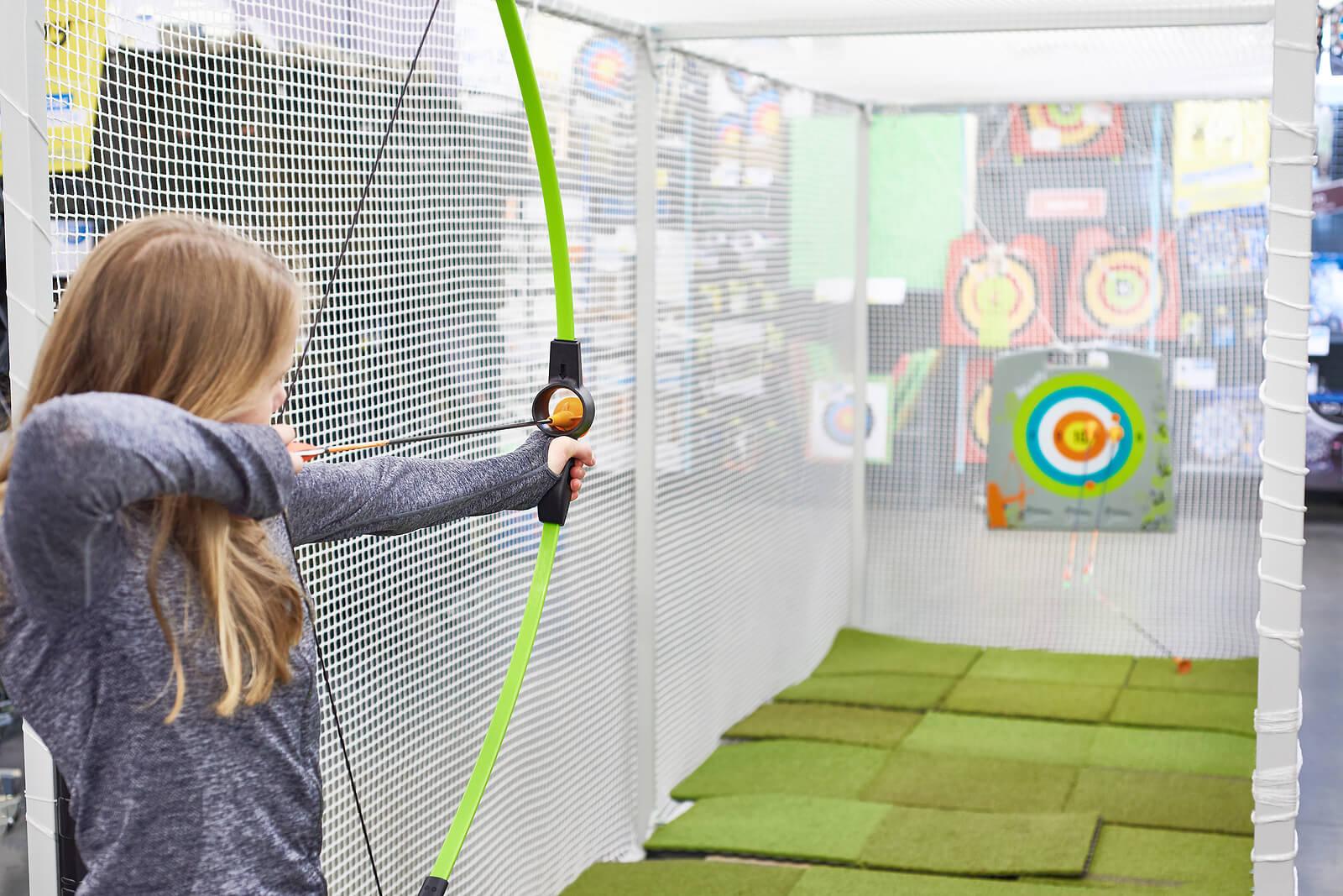 Chica adolescente practicando tiro con arco.