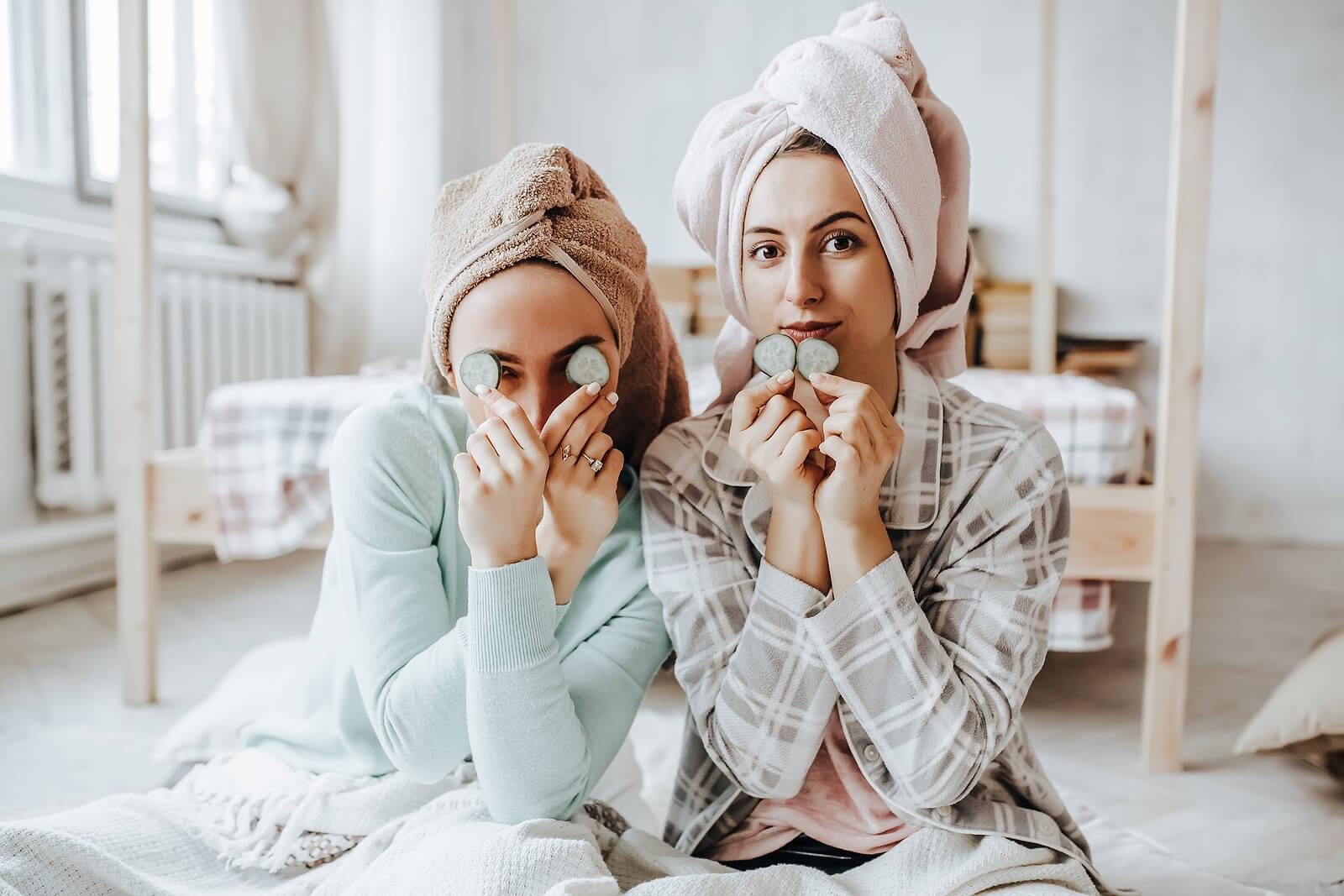 Adolescentes siguiendo una rutina de cuidado facial tras el maquillaje.