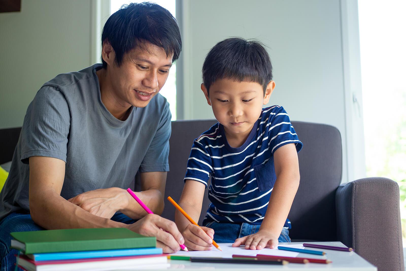 Chico recibiendo clases de apoyo y refuerzo en el colegio.