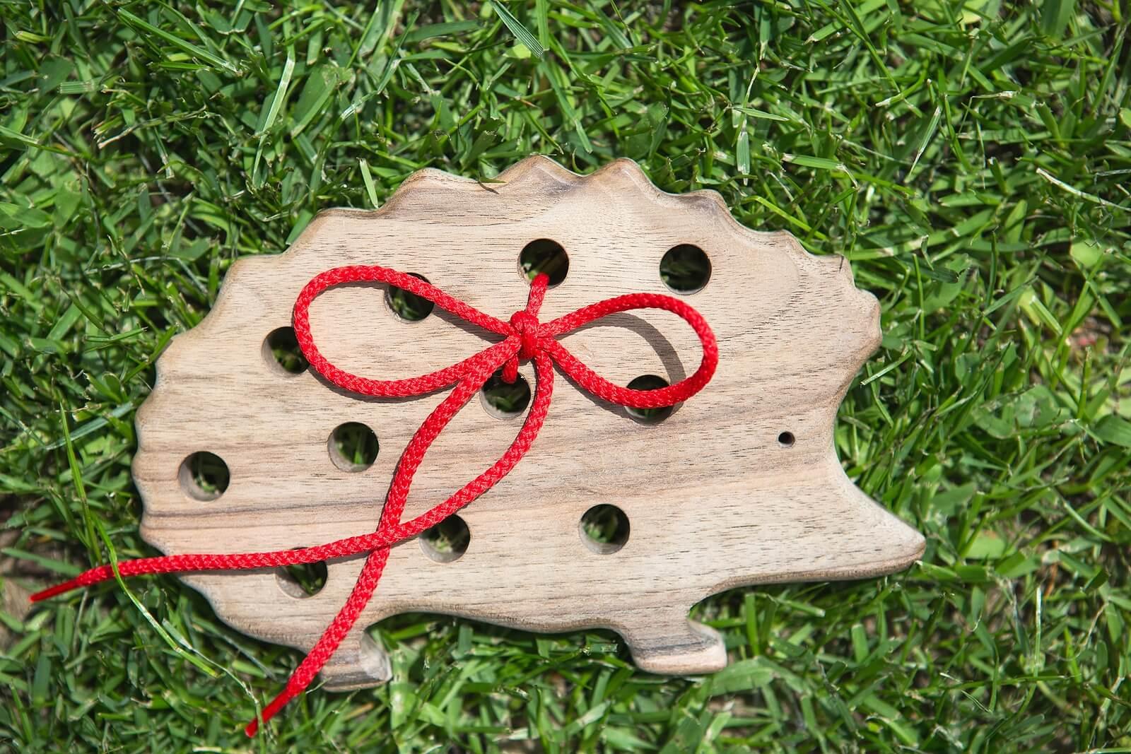 Erizo de juguete, uno de los regalos Montessori.