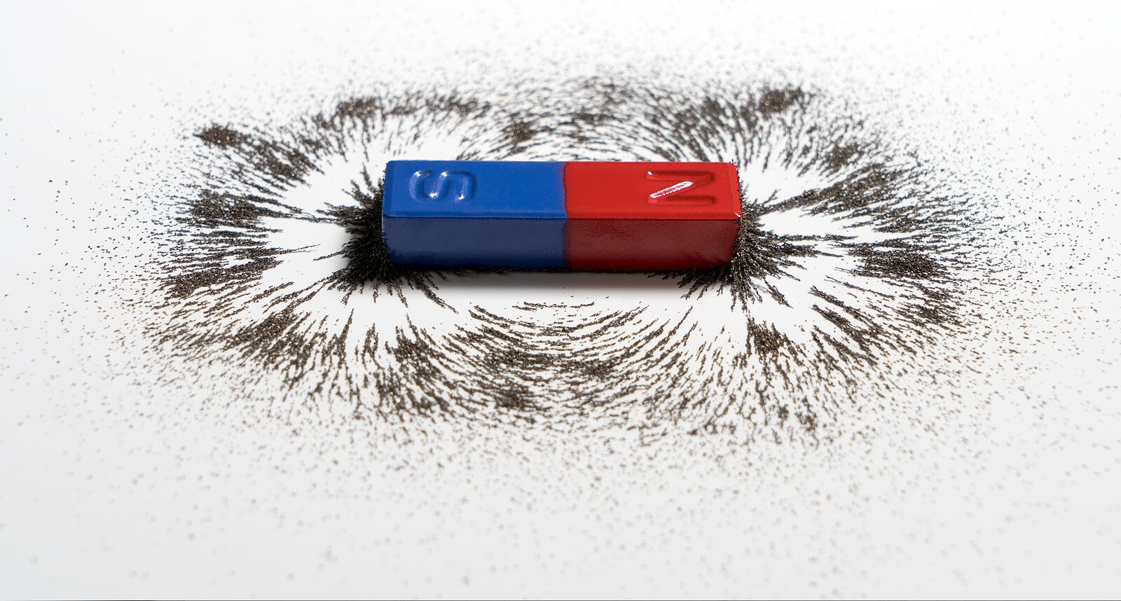 Uno de los experimentos para enseñar magnetismo a los niños.