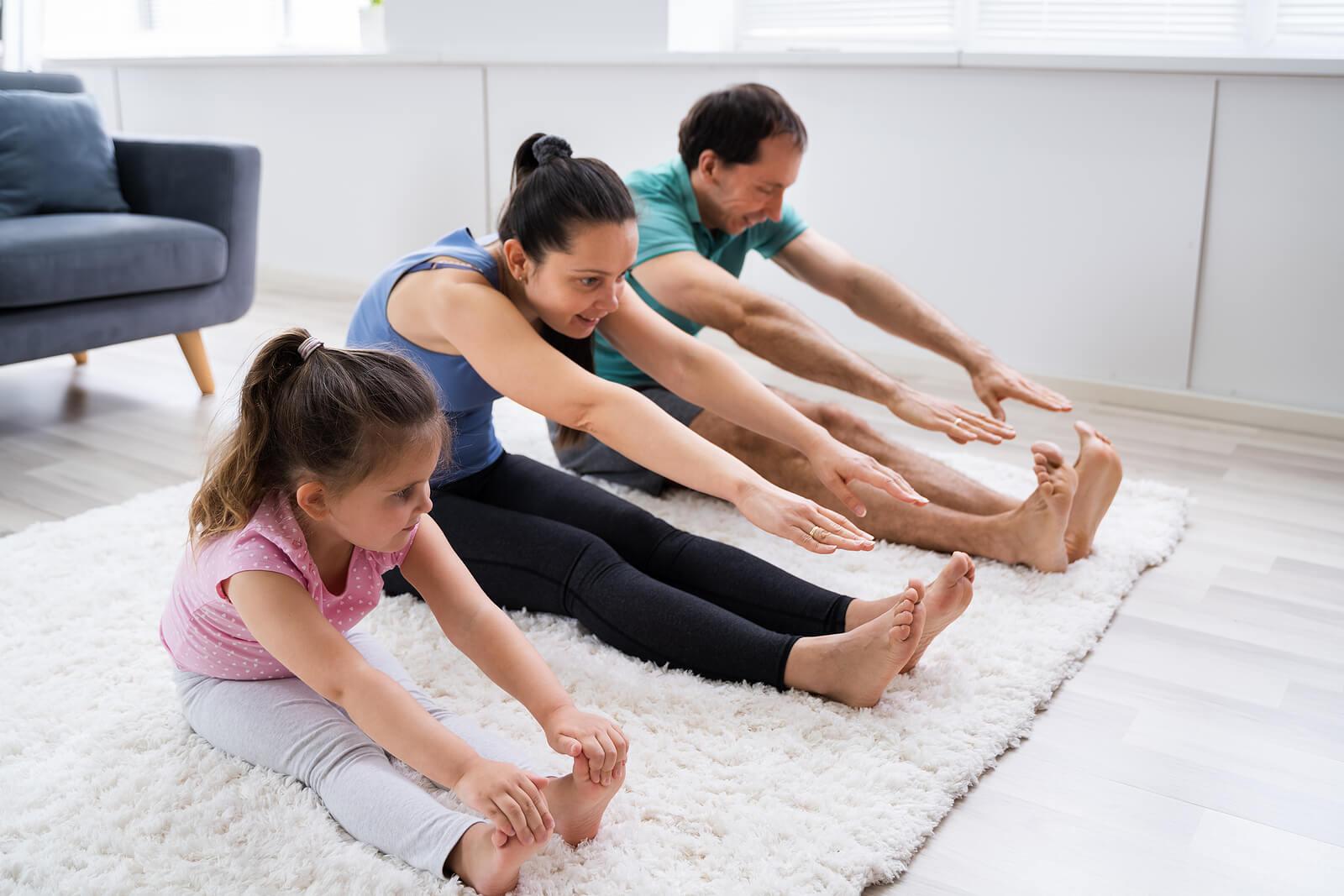 Familia realizando actividad física para crear intimidad emocional con su hija.