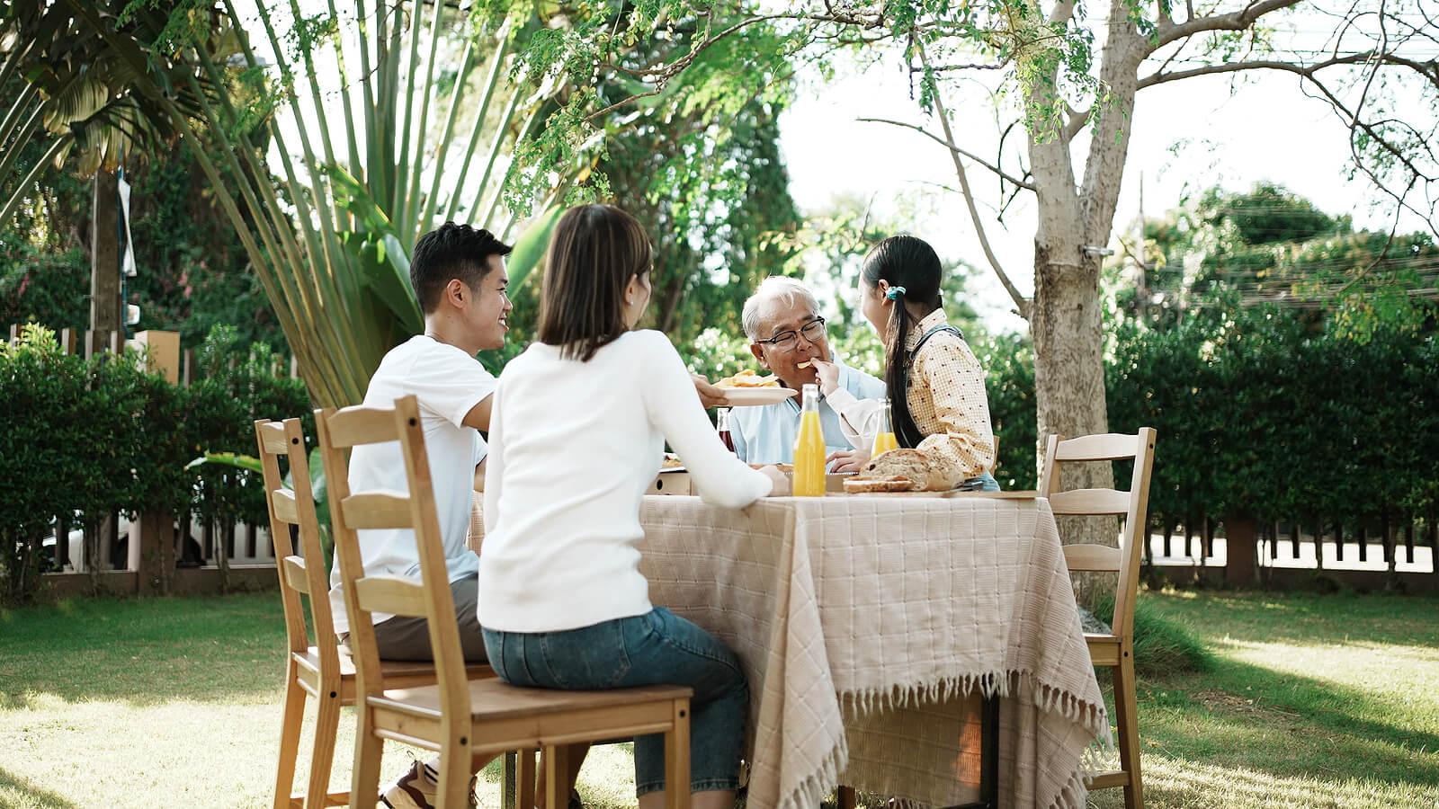 Familia hablando en la comida para ayudar a sus hijos a pensar en el futuro.