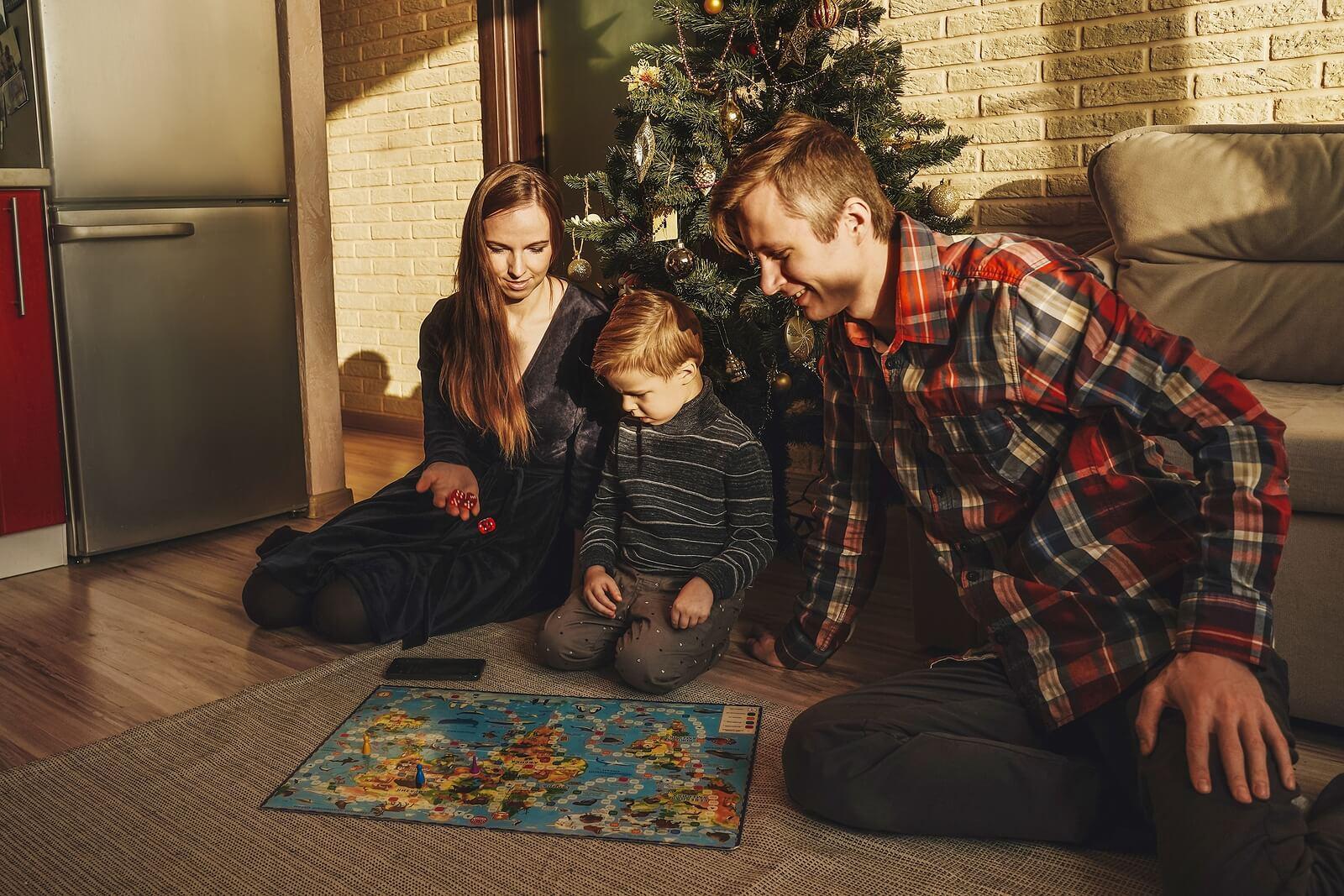 Familia con juegos para disfrutar de la Navidad.
