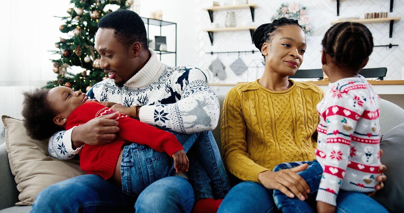 Padres llevando a cabo la comunicación asertiva en familia.