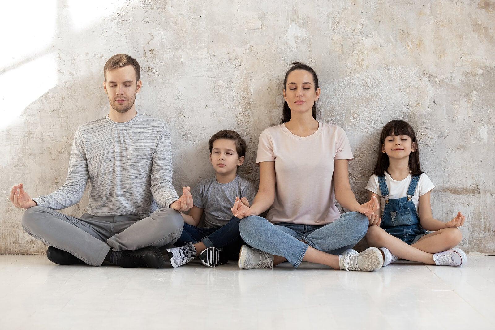 Familia practicando mindfulness parenting.