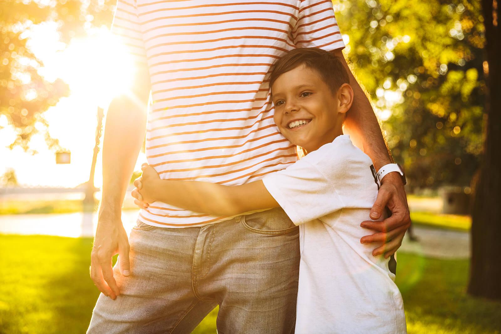 Niño abrazando a su padre porque sabe que puede hacer las cosas por sí mismo.