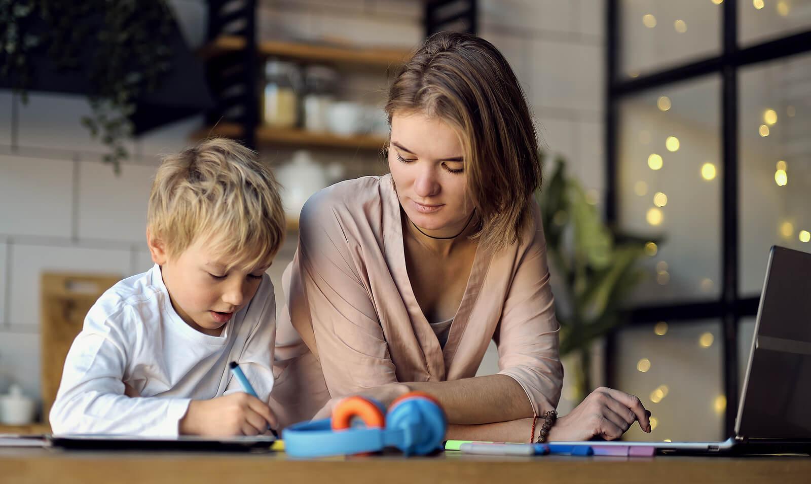 Mère aidant son fils avec des problèmes de concentration à étudier.