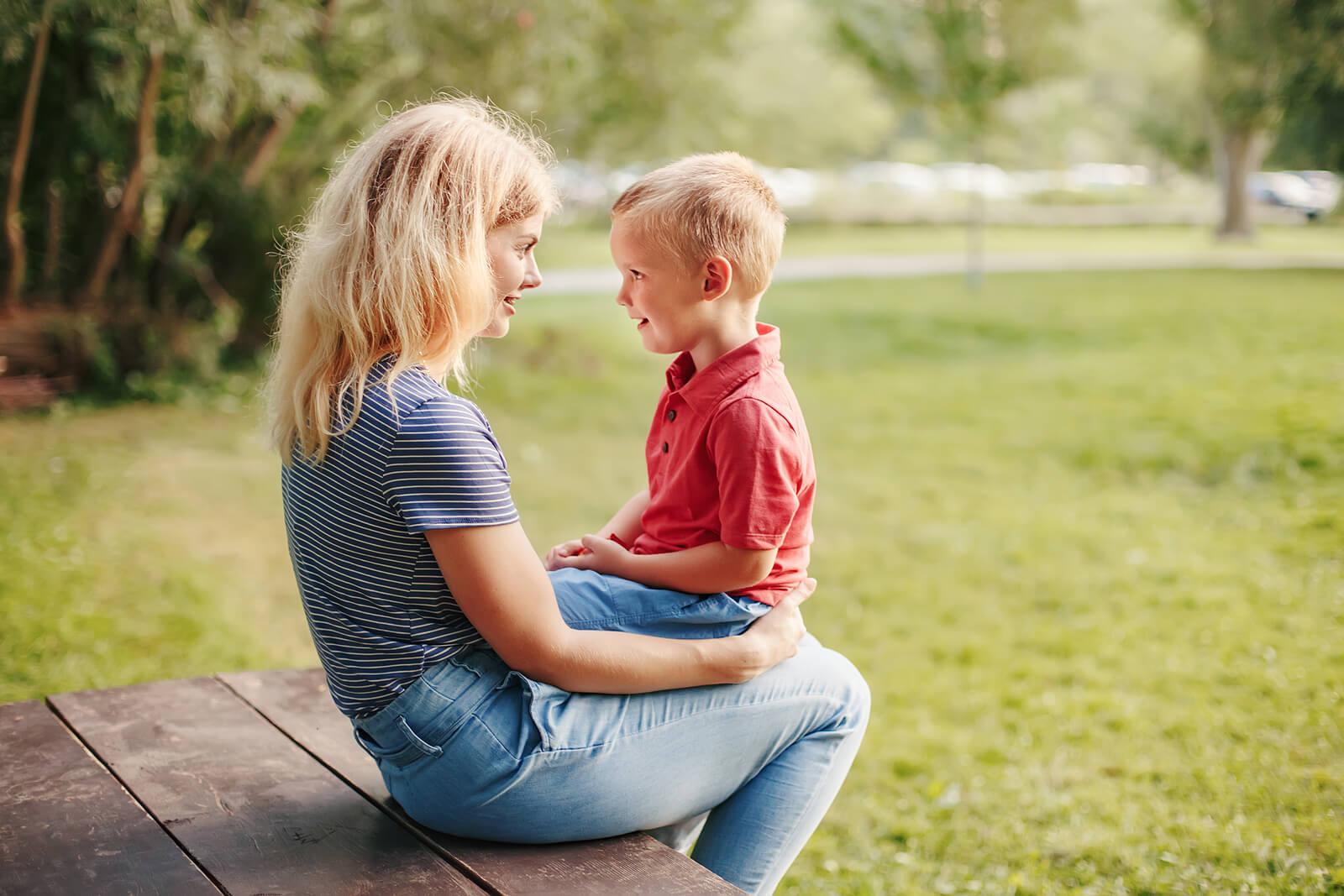 Madre hablando con su hijo sobre cómo puede afectarte escuchar consejos sobre la educación de tus hijos.