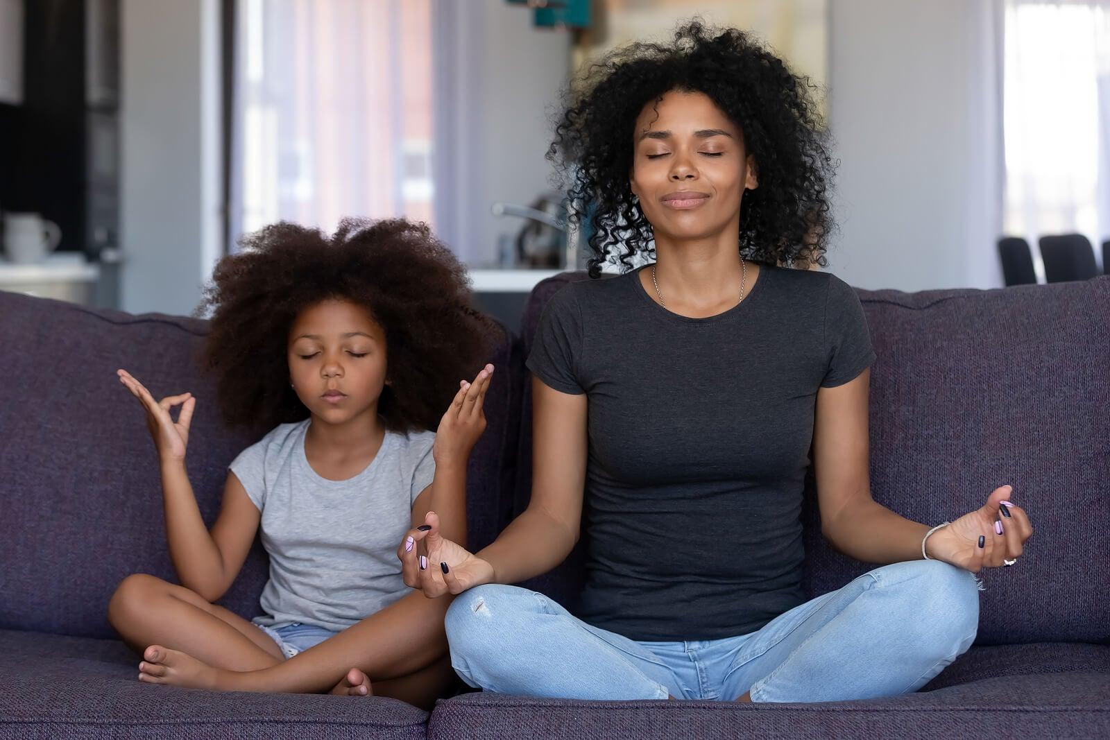 Madre e hija practicando mindfulness.
