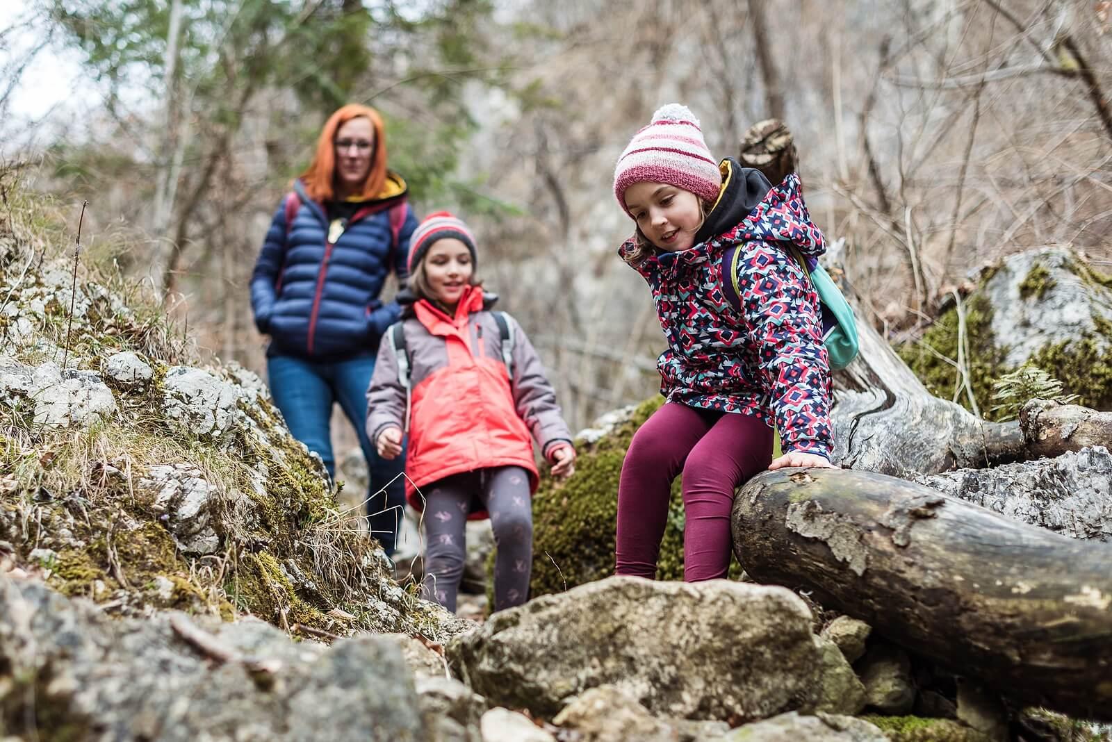 Madre con sus hijas haciendo senderismo.