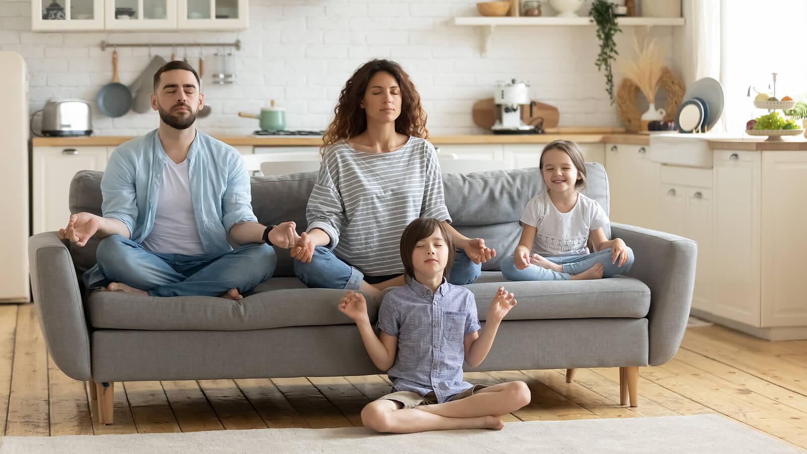 Familia practicando meditación.