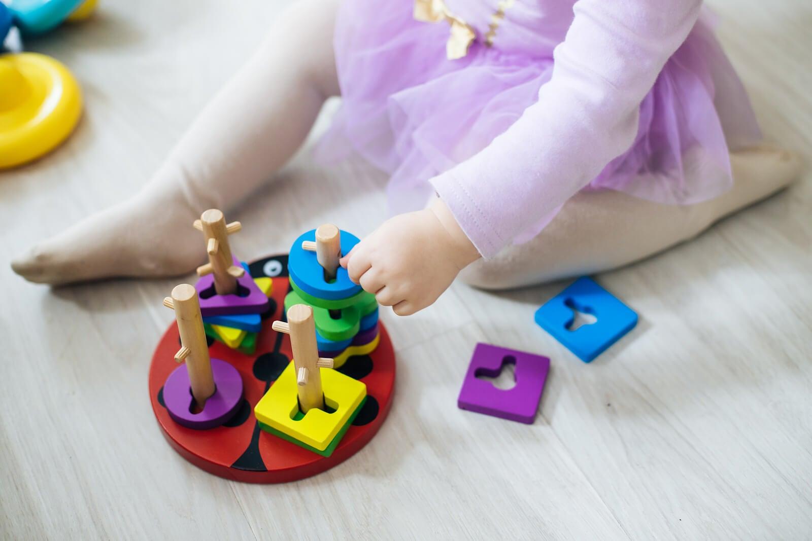 Niña con juguetes Montessori.