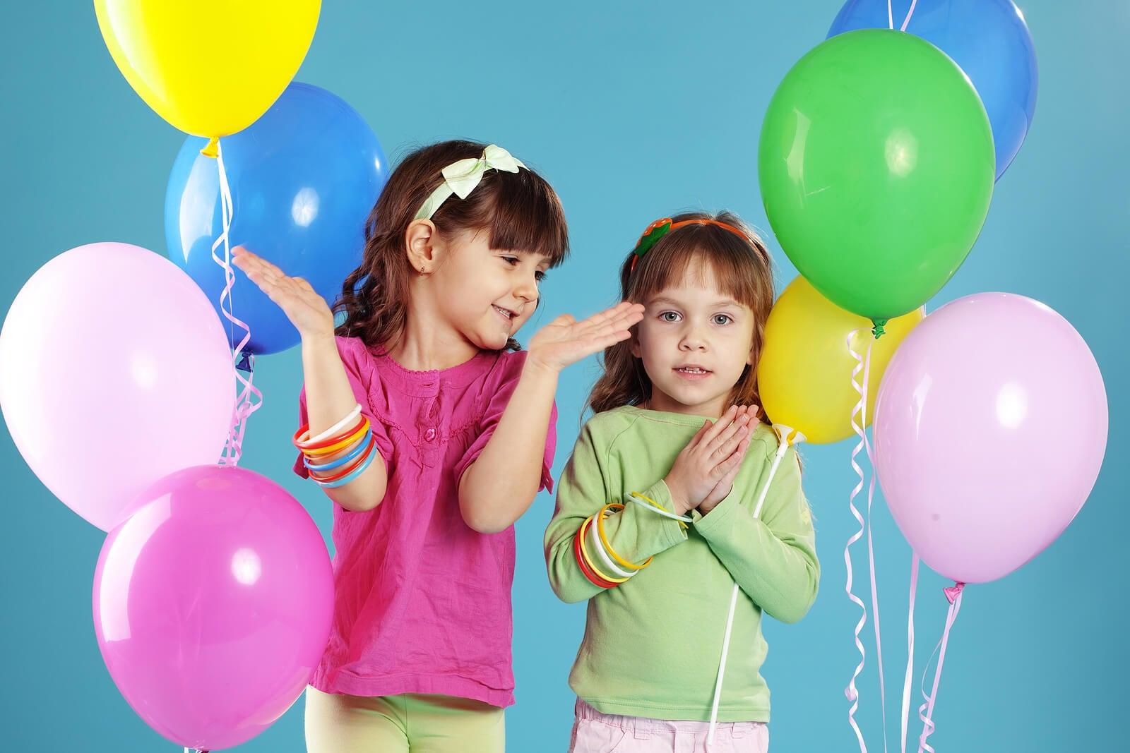 Niñas con globos en su fiesta de cumpleaños.