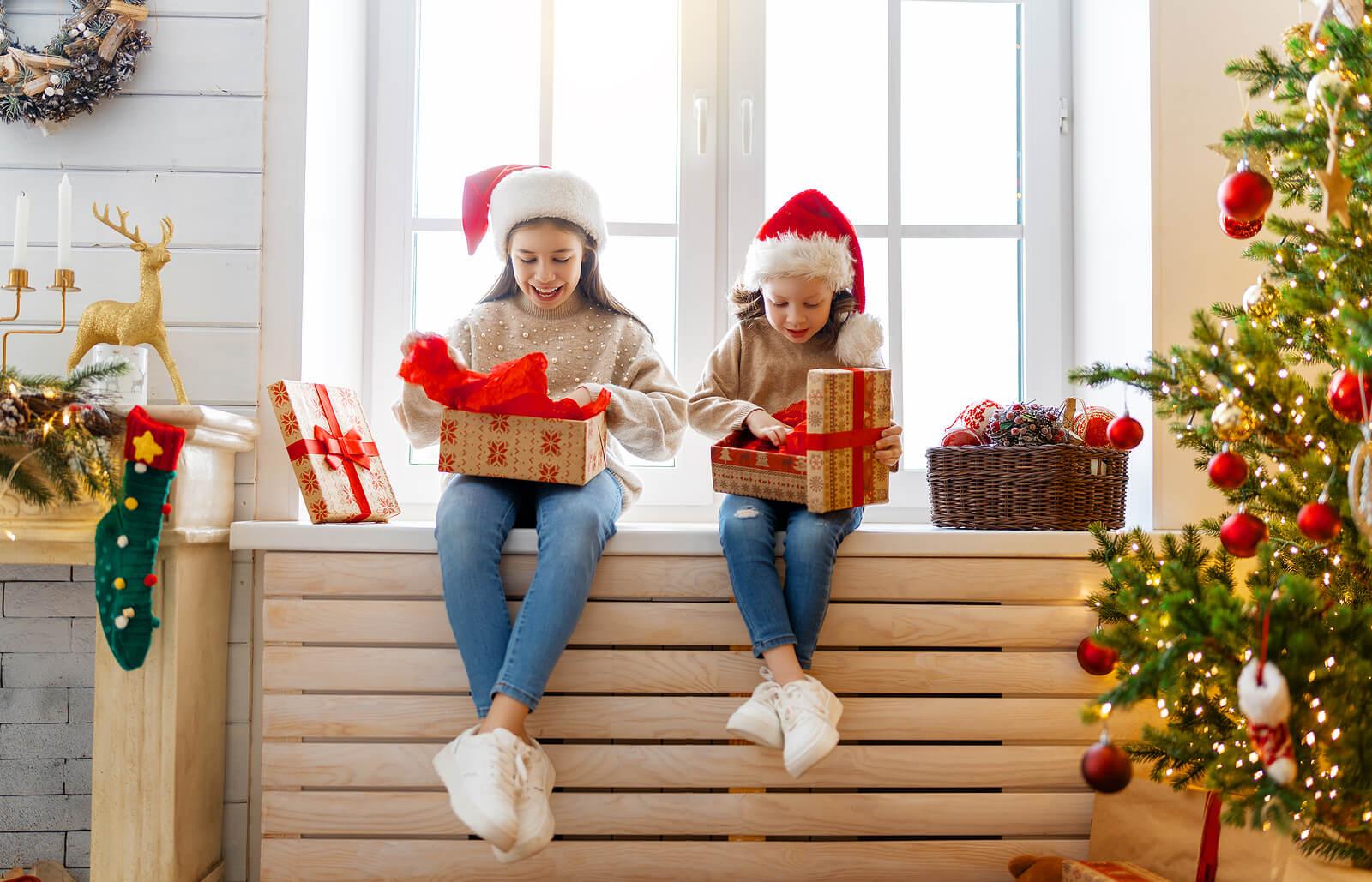 Niñas abriendo sus regalos personalizados.