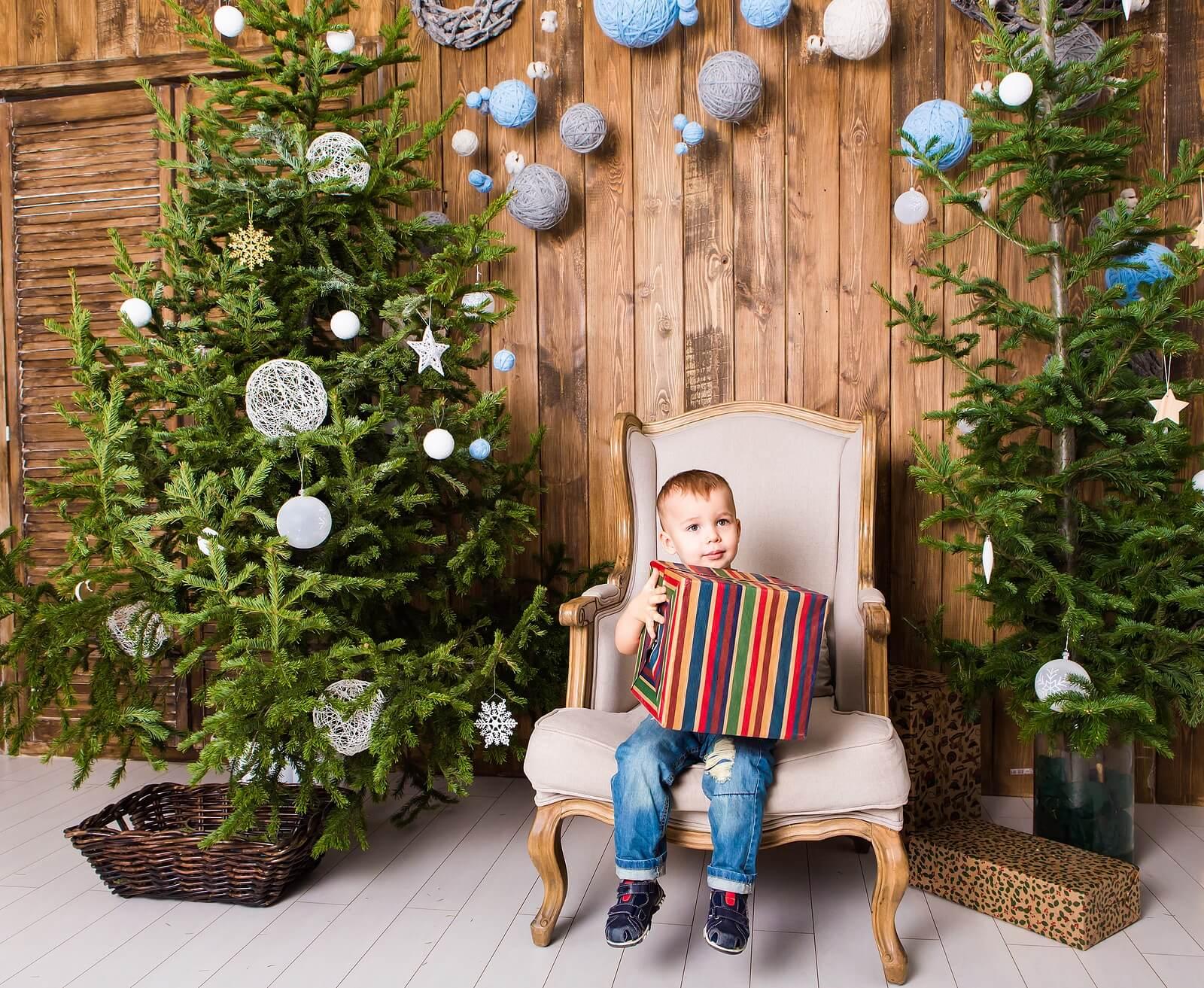 Niño abriendo regalo en Navidad.