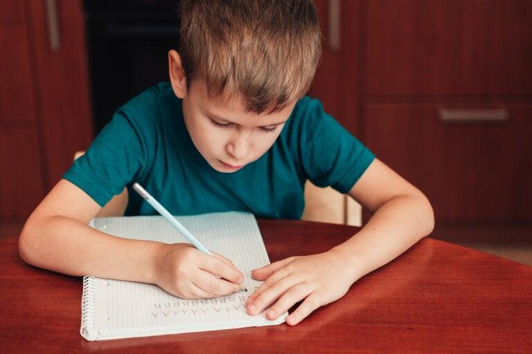 Escribir a mano hace a los niños más inteligentes