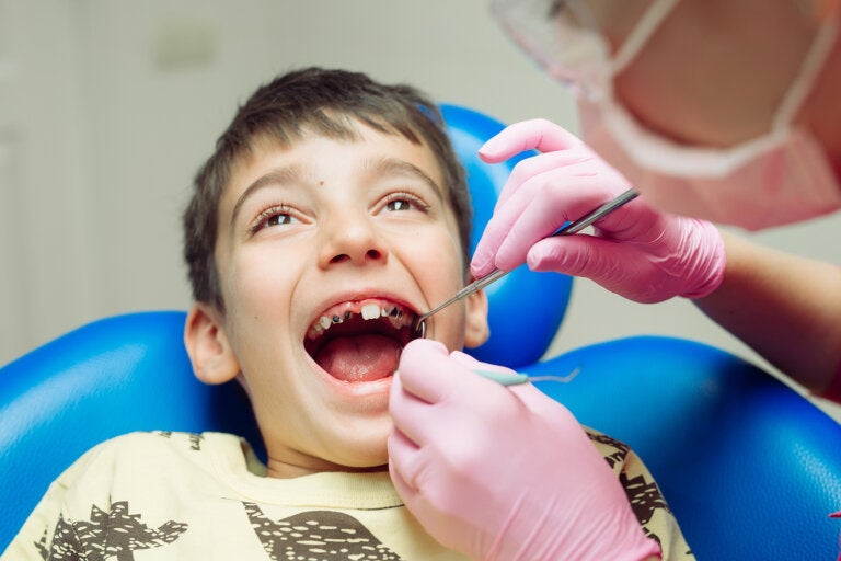 10 malos hábitos para los dientes de los niños