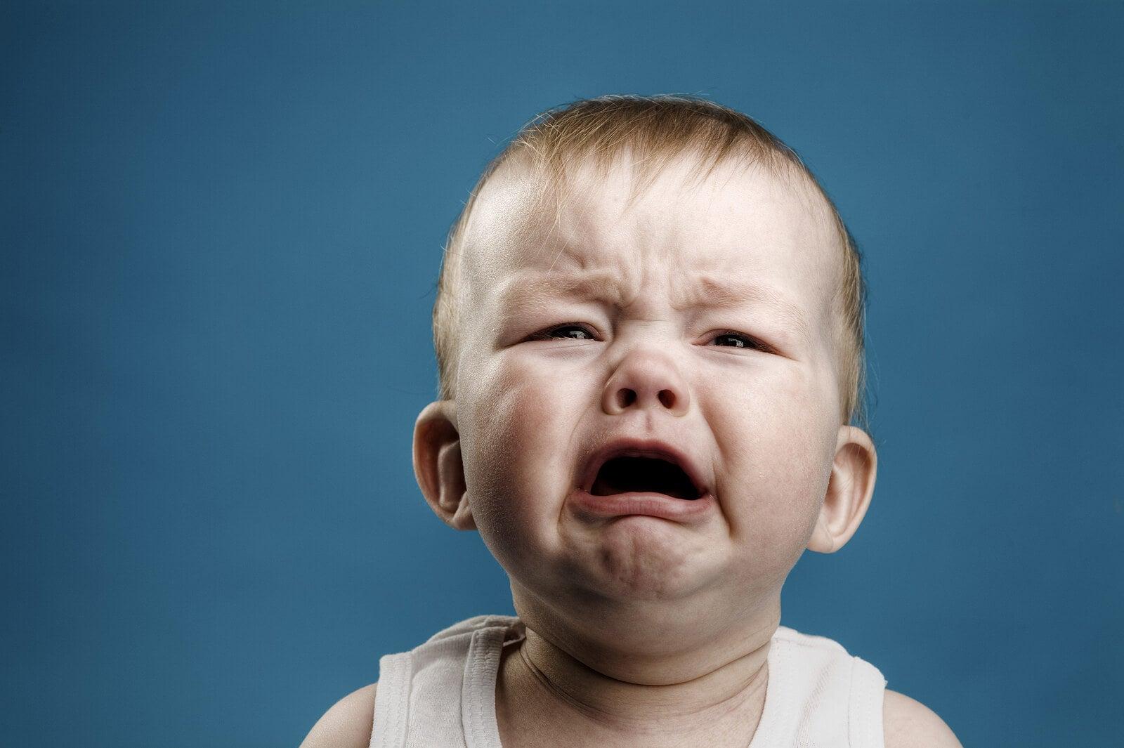 Niño con dolor de boca.