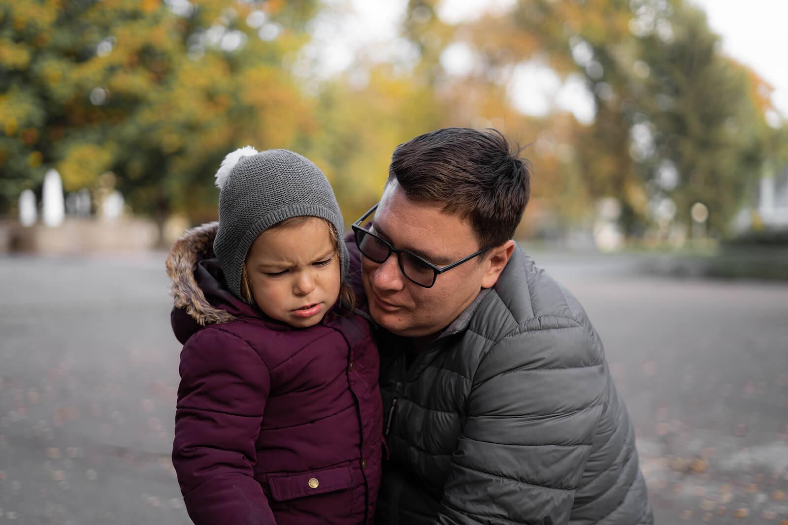 Niño con resentimiento hacia su padre porque está muy enfadado.