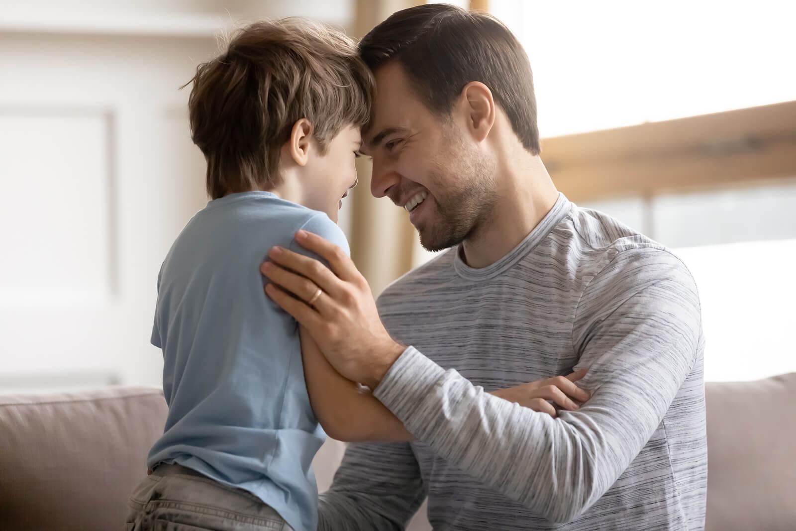 Padre ayudando a su hijo a salir de su zona de confort.