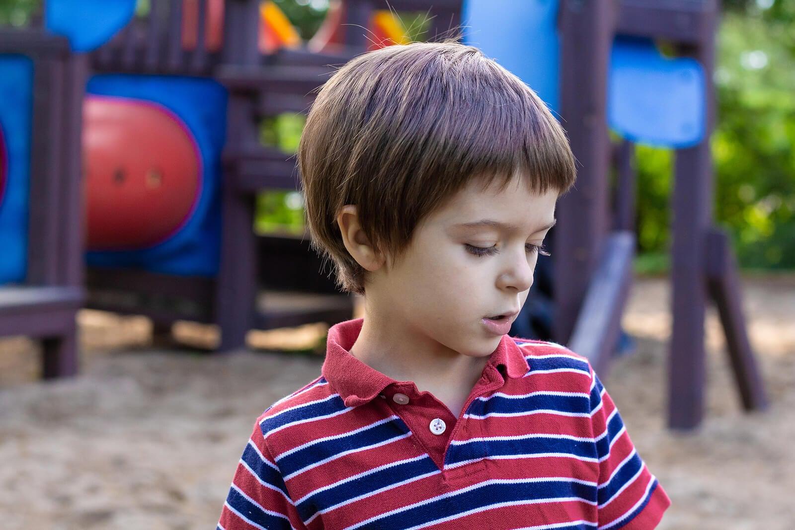Niño hablando solo en el parque.