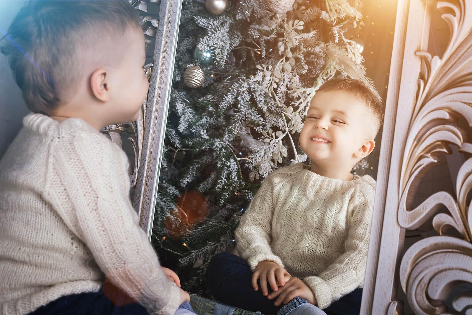 Niño teniendo soliloquios frente al espejo.