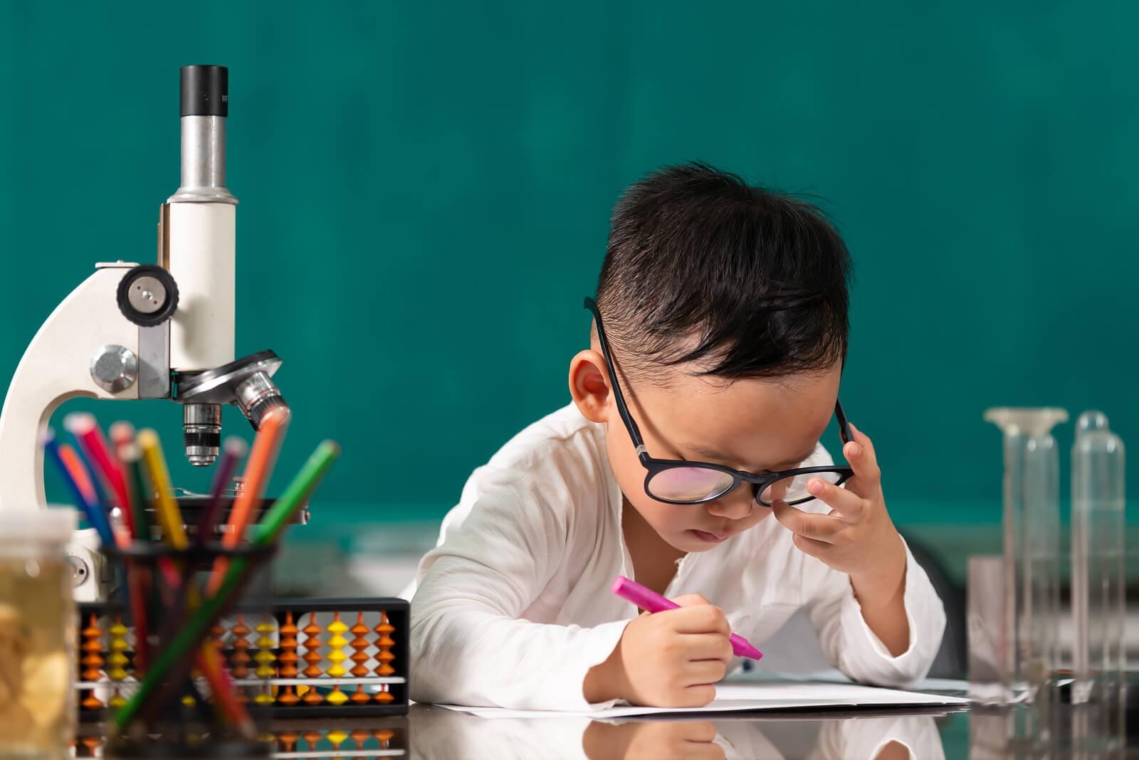 Niño con grandes capacidades pensado en las diferencias entre superdotados y genios.