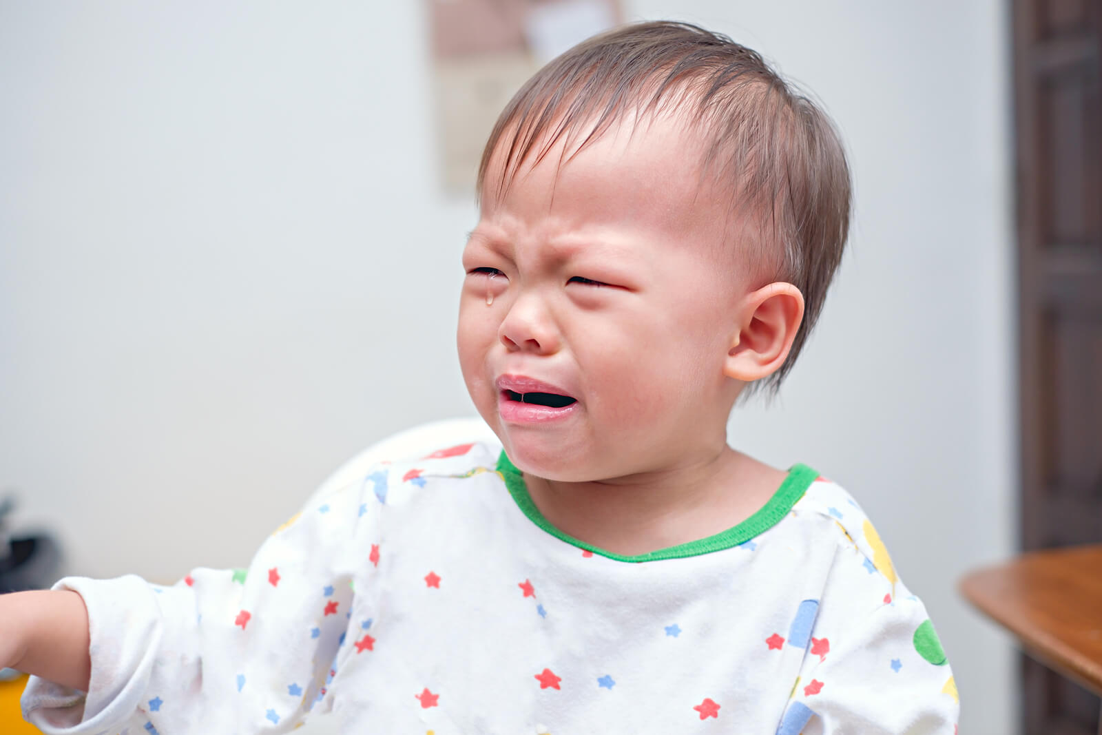 Niño malcriado llorando.