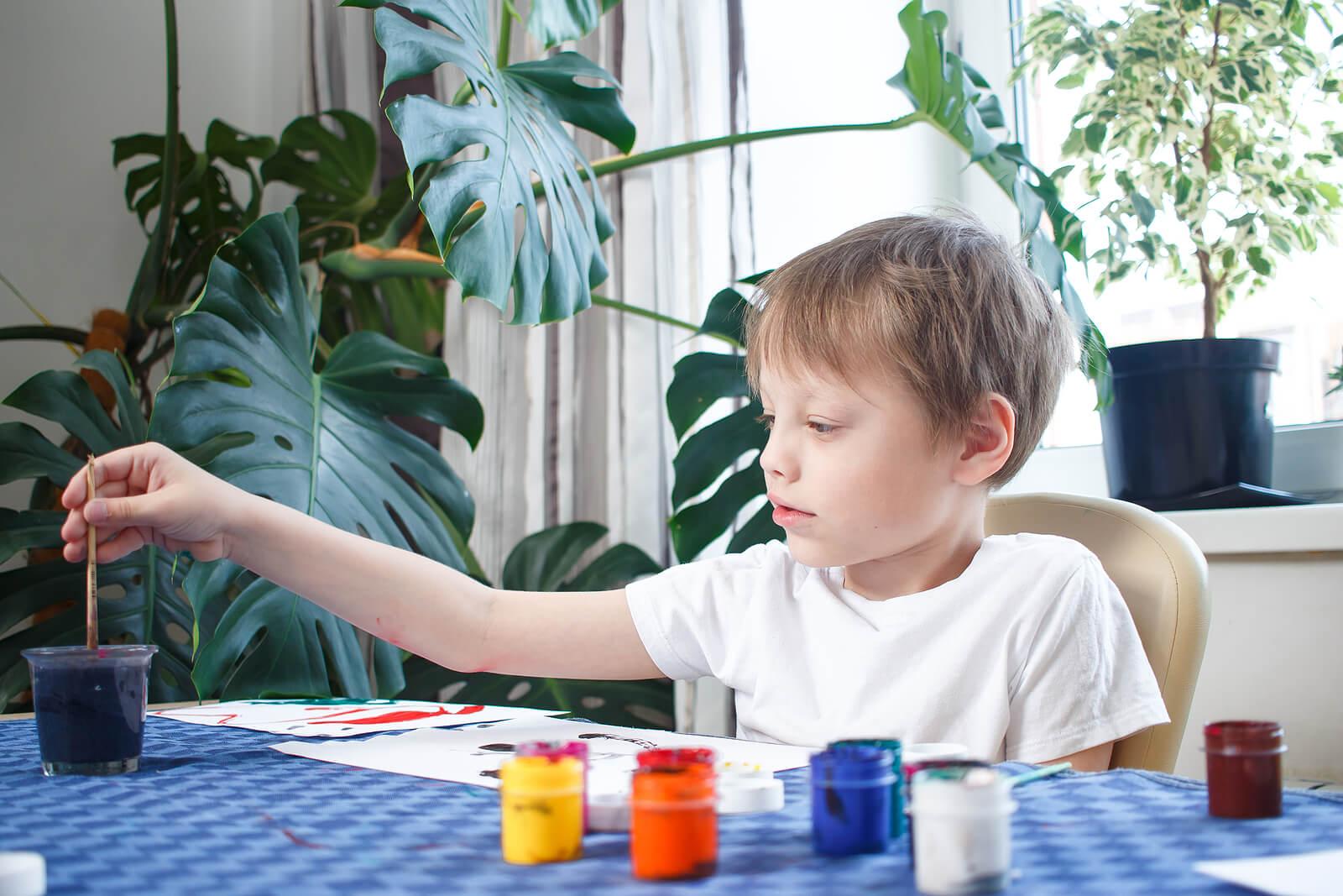 Un enfant qui fait de la peinture.
