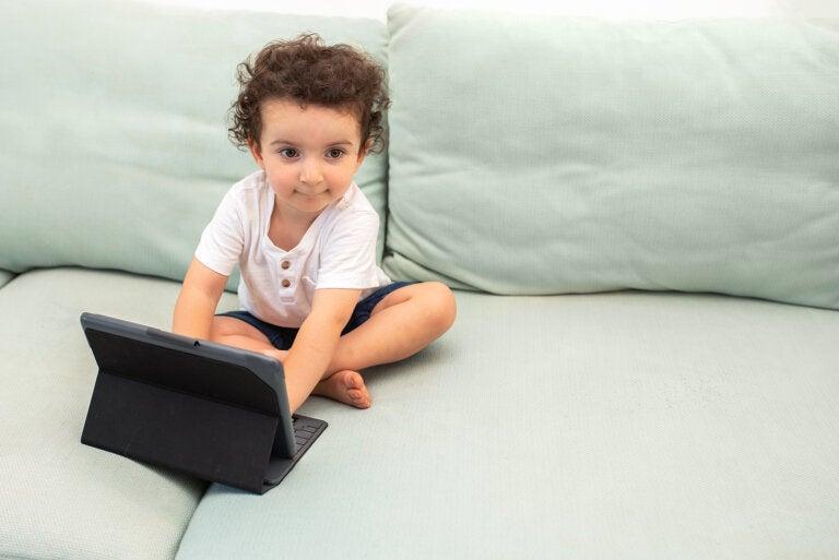 ¿Cómo afectan las pantallas al lenguaje de mi hijo?