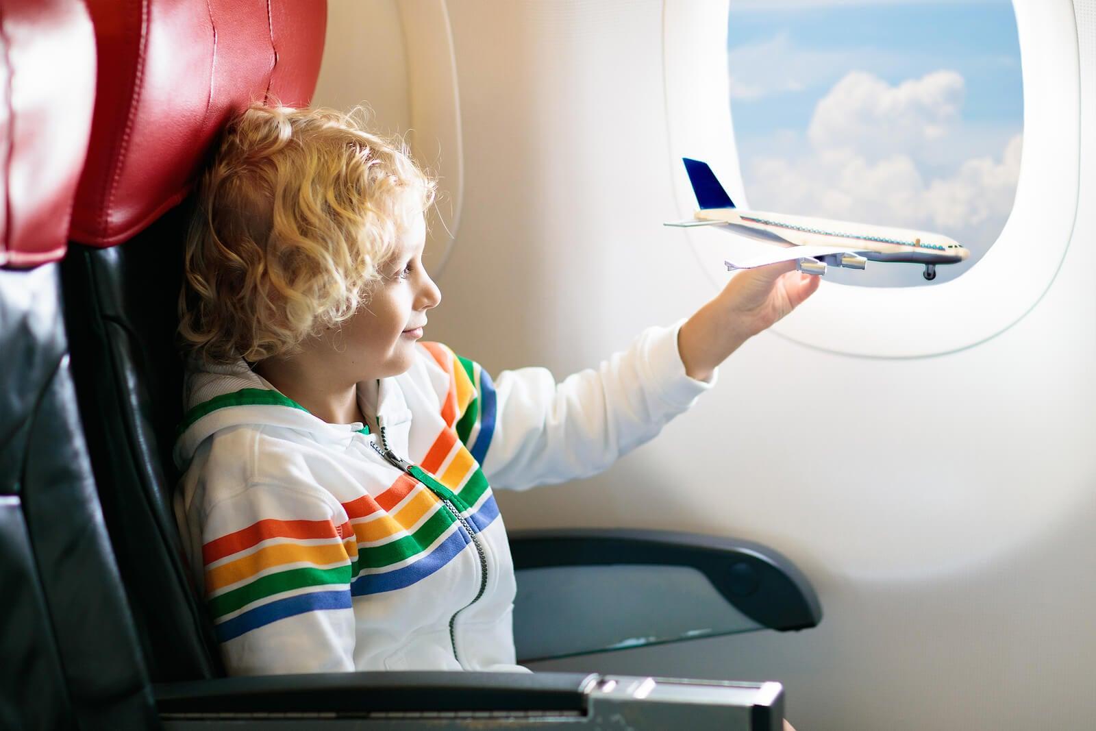 Niño viajando en avión.