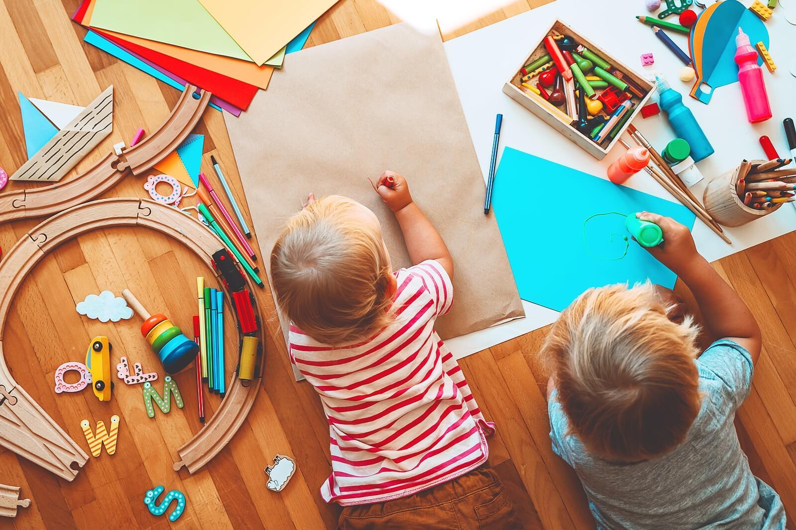 Niños explotando su creatividad.