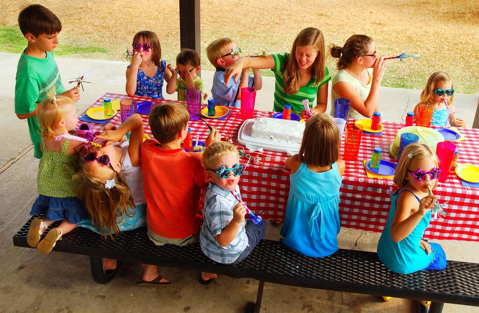 Niños celebrando una fiesta de cumpleaños con sus compañeros de clase.