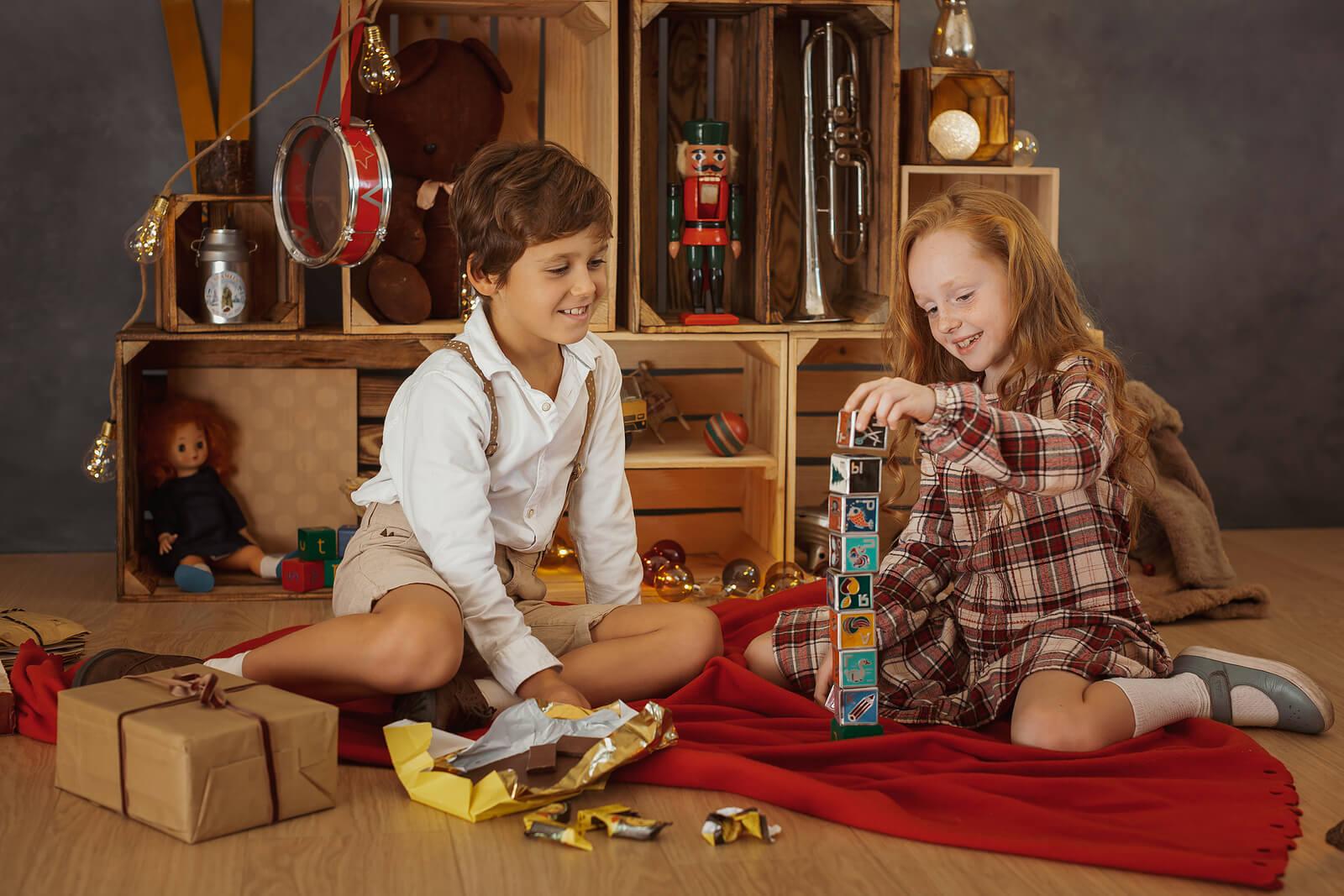 Niño jugando a juegos para disfrutar de la Navidad en familia.