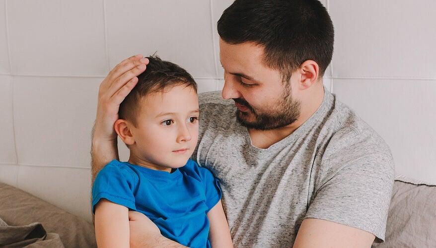 Padre hablando con su hijo para saber cómo interpretan los niños sus palabras.