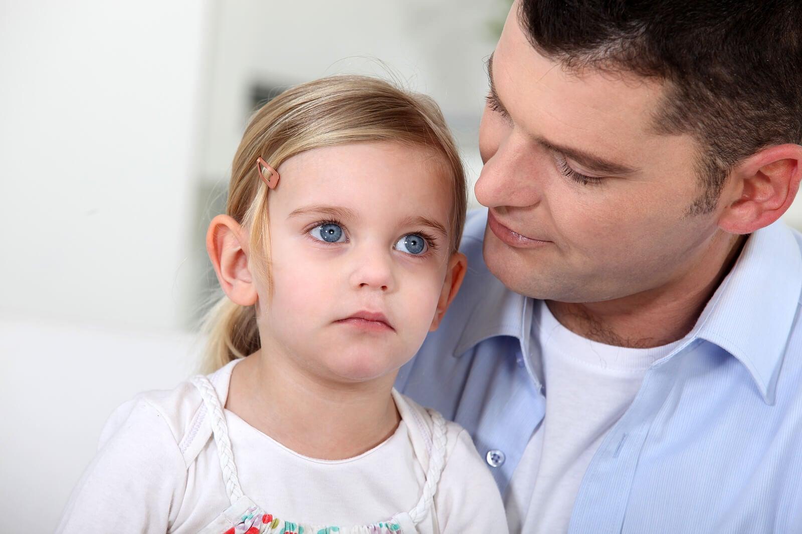 Padre hablando con su hija porque sabe que puede hacer las cosas por sí misma.