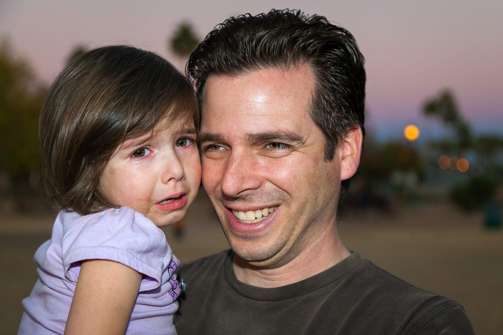 Padre sobreprotector con su hija.