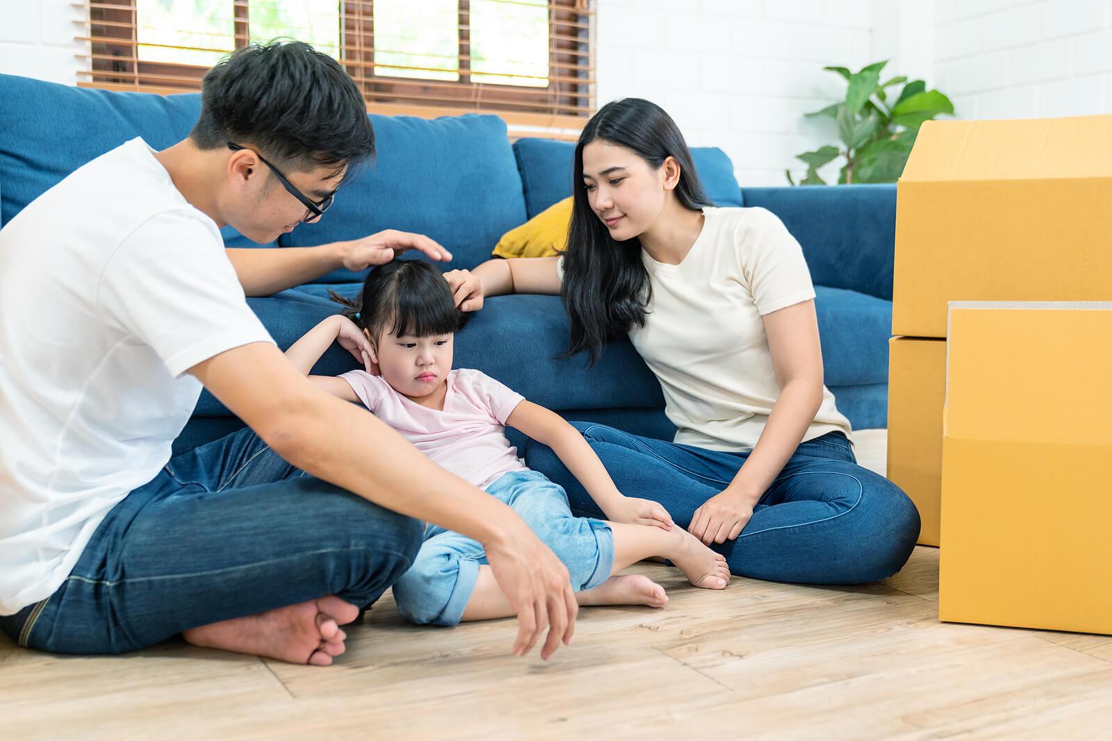 Padres hablando con su hija sobre cómo afectan los estilos parentales a sus fortalezas.