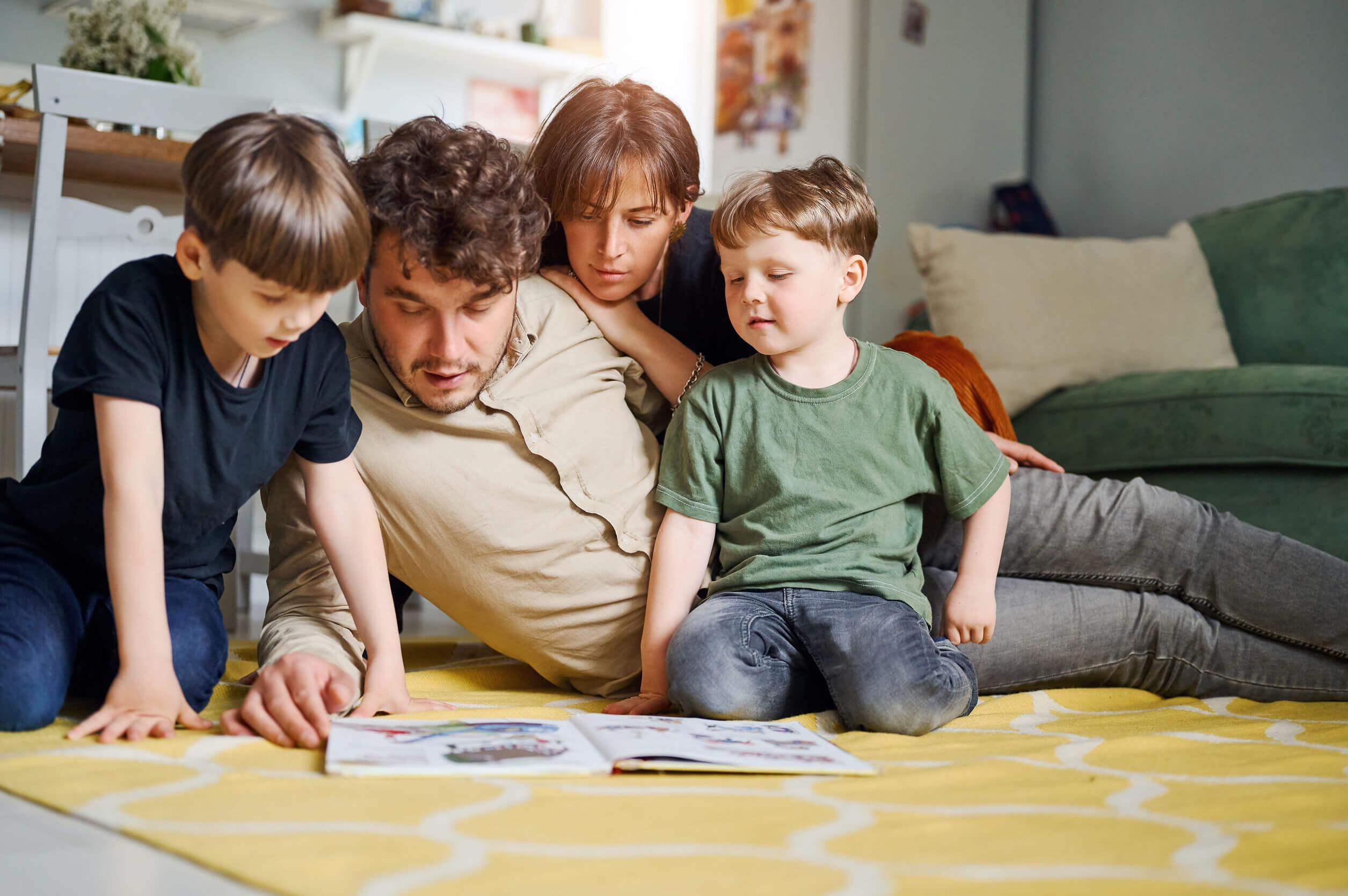 Padres llevando a cabo la corresponsabilidad en el cuidado infantil.