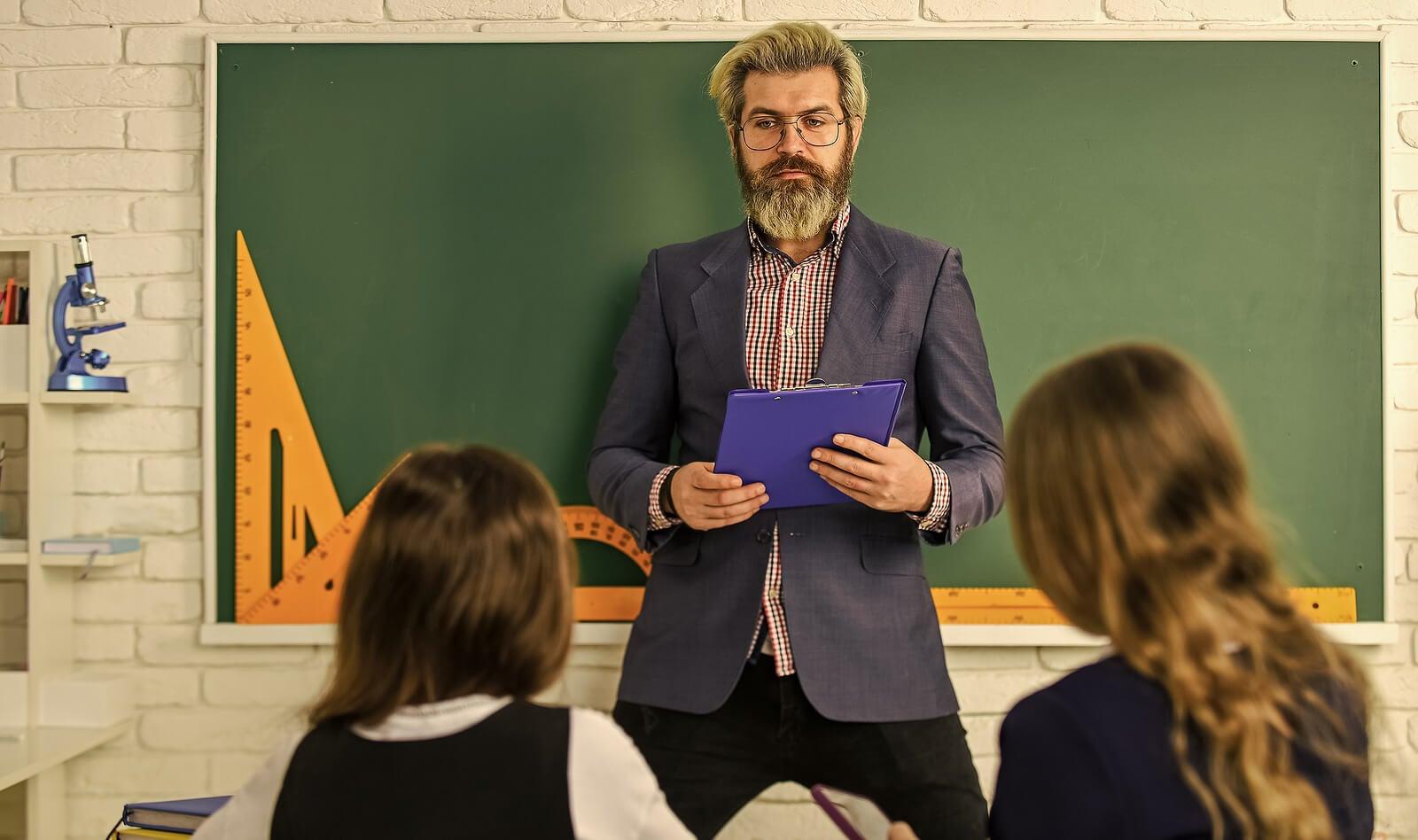 Profesor dando clase a sus alumnos con diferentes estilos de enseñanza.