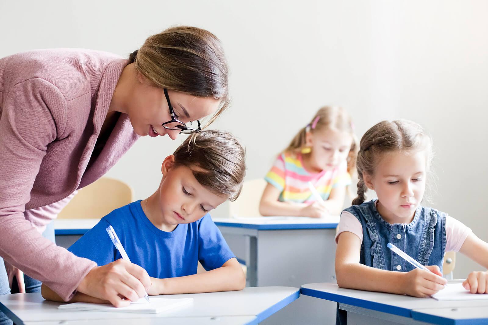 Profesora ayudando a sus alumnos en clase.