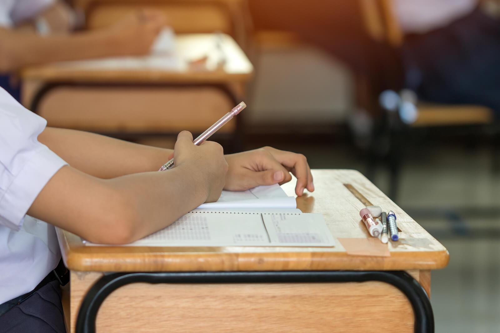 Alumna haciendo un examen tipo test.