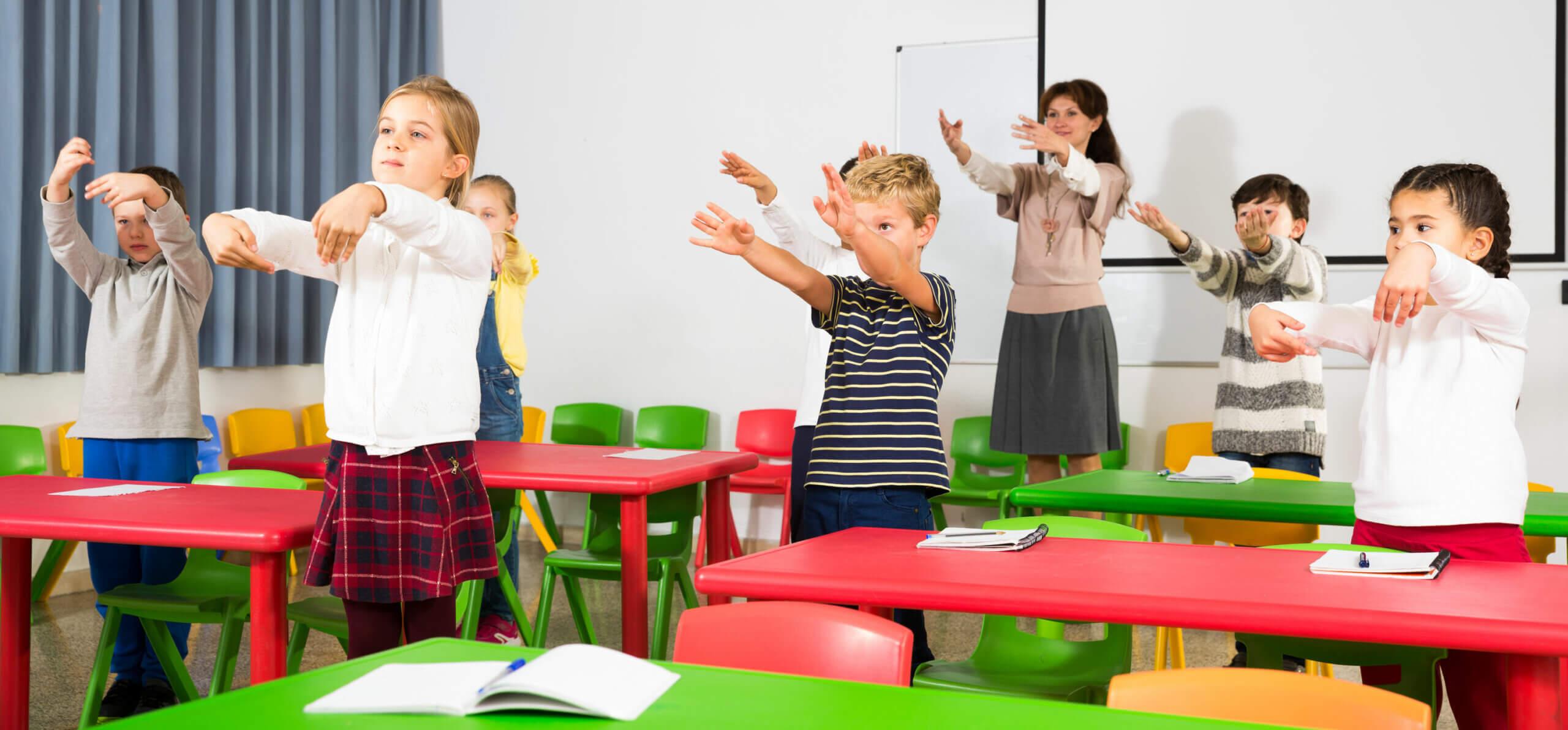 Profesora con sus alumnos en clase durante uno de los descansos activos.