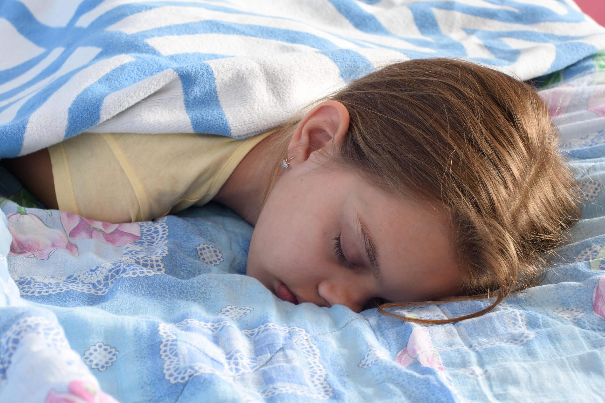 Une adolescente qui dort;