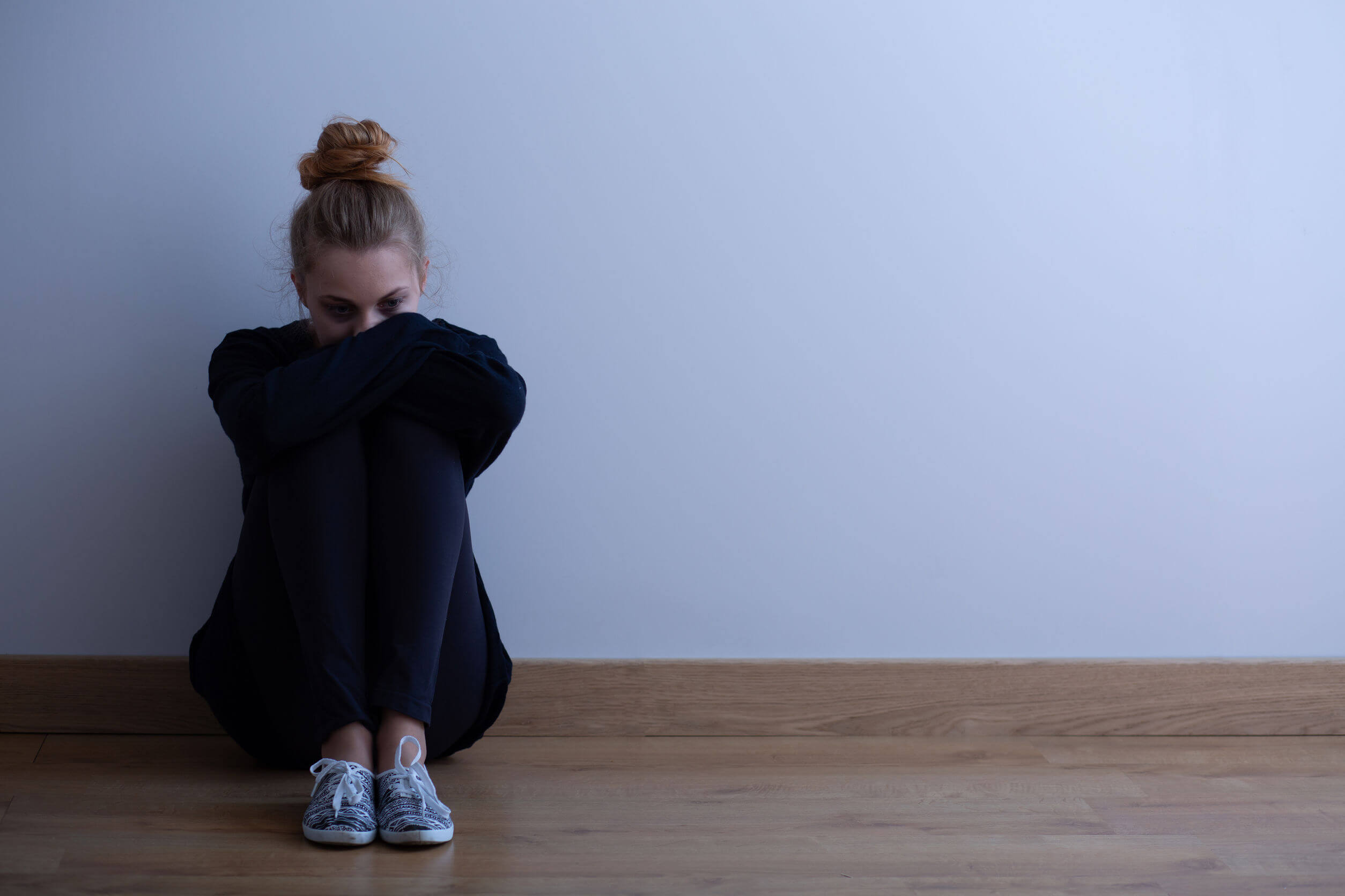 Chica adolescente con depresión, uno de los principales problemas psicológicos en los adolescentes.