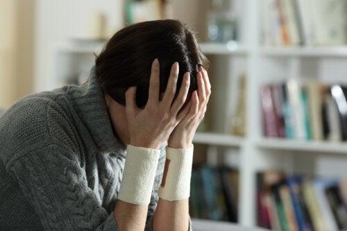 ¿Cómo diferenciar las autolesiones y el intento de suicidio en nuestros hijos?