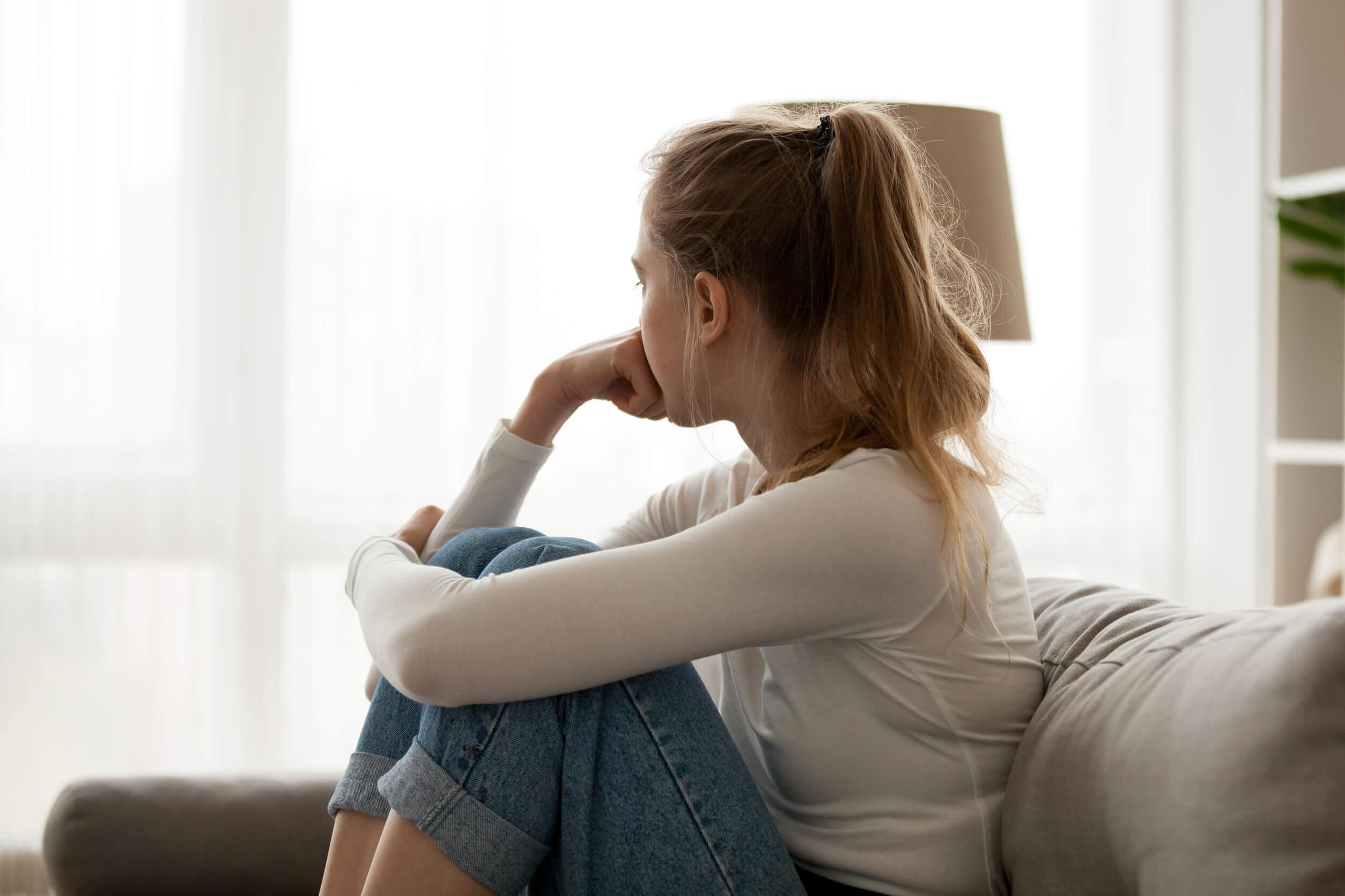 Chica adolescente pensando en su ruptura.