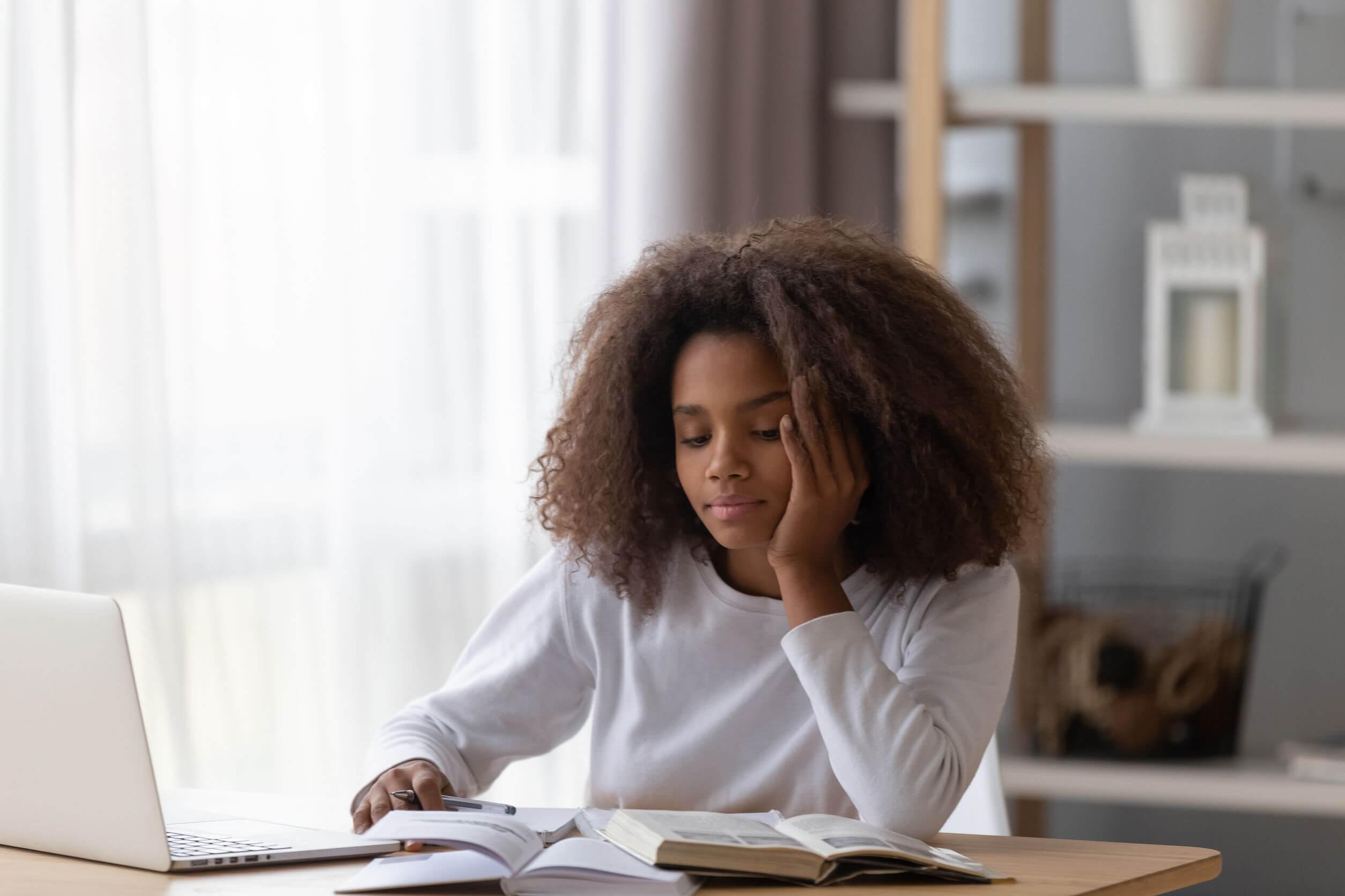 Une adolescente qui étudie.