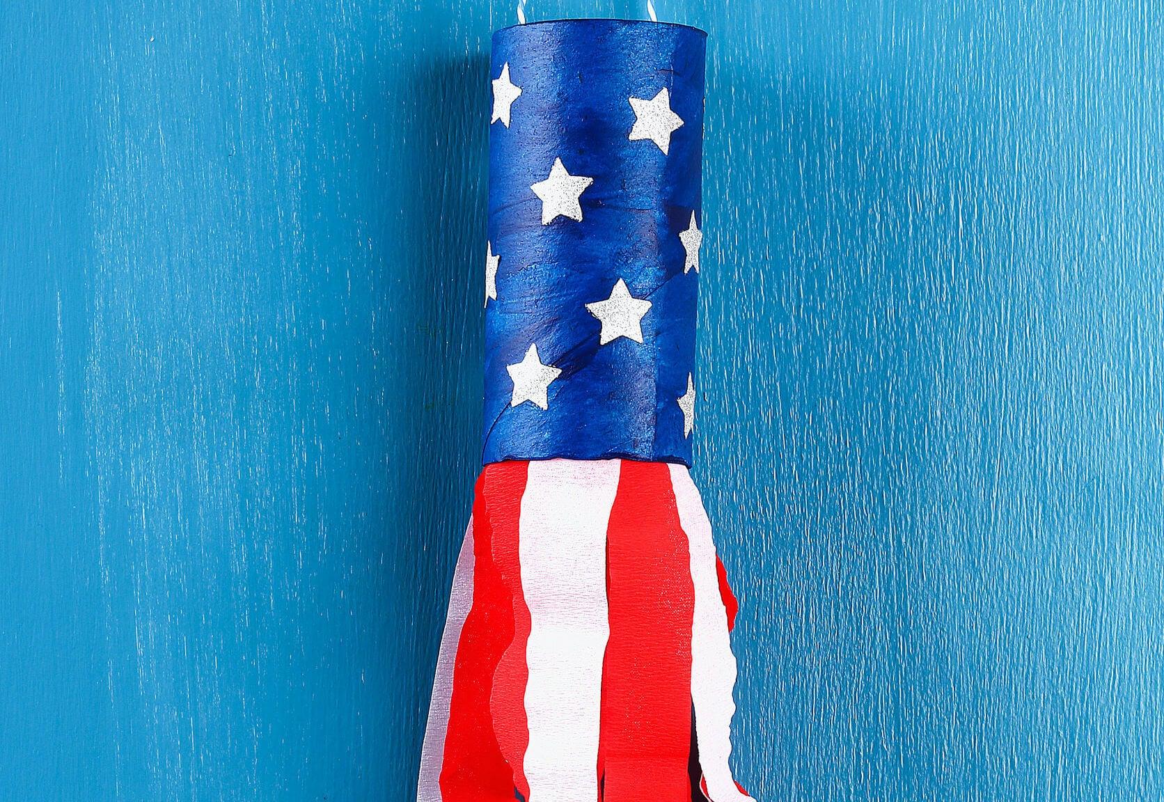 Cohete hecho con rollos de papel higiénico.